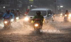 In Picture: Hujan Deras, Jalan di Kawasan Mampang Tergenang Air