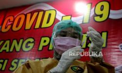 Petugas di Makassar Harus Bawa 2 Lansia untuk Divaksinasi