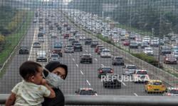 Warga melihat kepadatan kendaraan di ruas Tol Jagorawi, Cibubur, Jakarta Timur (ilustrasi)