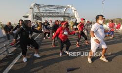 In Picture: Warga Berolahraga di Kawasan Jembatan Suroboyo