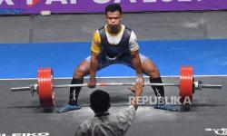 Lifter Lampung Aryanto Viki melakukan angkatan dead lift saat berlaga dalam pertandingan angkat berat 66 kg putra PON Papua asal di Jayapura, Papua, Senin (11/10/2021). Aryanto berhasil meraih medali emas dengan total angkatan 767,5 kg.