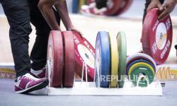 Petugas menyiapkan peralatan angkat besi pada kelas 76 kg PON Papua di Auditorium Universitas Cenderawasih, Kota Jayapura, Papua, beberapa waktu lalu.