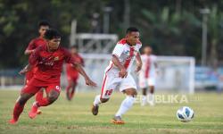 Pesepak bola Aceh Khairunnas (kiri) berusaha menghalau pesepak bola Sulawesi Utara Maulana Mugama (kanan) pada babak penyisihan Sepak Bola Putra PON Papua di Stadion Barnabas Youwe, Sentani, Papua, Selasa (28/9/2021). Sulawesi Utara mengalahkan Aceh dengan skor akhir 2-1.