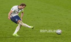 Pemain Inggris Harry Kane mengambil penalti untuk mencetak gol kedua Inggris selama semifinal kejuaraan sepak bola Euro 2020 antara Inggris dan Denmark di stadion Wembley di London, Rabu, 7 Juli 2021.