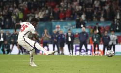 Pemain timnas Inggris Bukayo Saka saat melakukan tendangan penalti.