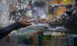 In Picture: Tirai Plastik di Toko Penahan Percikan Droplet Liur