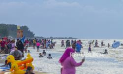 Pantai Tanjungpakis Karawang Dipenuhi Warga Saat PSBB