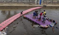 In Picture: Anak-anak Bermain di Kali Ciliwung Meski Bahaya Mengintai