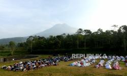 In Picture: Suasana Khidmat Sholat Idulfitri di Lapangan Teras Merapi