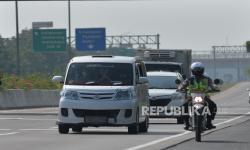 In Picture: Polisi Kawal Kendaraan Pemudik yang Dipaksa Putar Balik