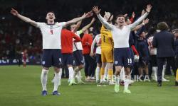 Pemain Inggris Harry Kane (kiri) dan Mason Mount merayakan kemenangan 2-1 timnya pada semifinal kejuaraan sepak bola Euro 2020 antara Inggris dan Denmark di Stadion Wembley di London, Inggris, Rabu, 7 Juli 2021.