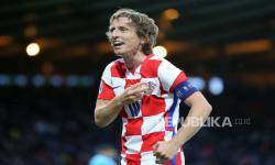 Luka Modric dari Kroasia merayakan setelah mencetak gol kedua timnya selama pertandingan sepak bola babak penyisihan grup D UEFA EURO 2020 antara Kroasia dan Skotlandia di Glasgow, Inggris, 22 Juni 2021.