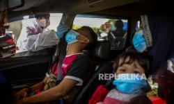 In Picture: Kembali ke Jabodetabek, Warga Jalani Tes Antigen