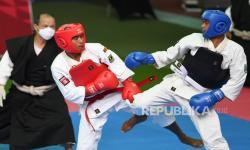 Atlet shorinji kempo Sumatera Barat Ari Pramanto (kiri) bertarung dengan atlet shorinji kempo Papua Barat Julifan Prastyo Nugroho (kanan) pada final shorinji kempo randori perorangan putra kelas 70 Kg PON Papua di GOR STT Gidi, Sentani, Kabupaten Jayapura, Papua, Rabu (13/10/2021). Atlet shorinji kempo Sumatera Barat Ari Pramanto berhasil meraih medali emas dan atlet Papua Barat Julifan Prastyo Nugroho meraih medali perak kemudian atlet DI Yogyakarta Kristowirawan dan atlet Maluku Moh Yamin Rahayaan mendapat medali perunggu.