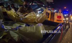 In Picture: Aparat Gabungan TNI Polri Bagikan Paket Bansos Sembakp