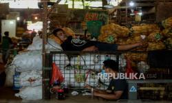 In Picture: Pasar Induk Kramat Jati Sepi, Pedagang Memilih Tidur (2)