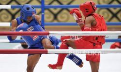 Atlet Muay Thai Papua Abdurahman (kiri) saling serang dengan atlet Muay Thai Banten Sulaiman (kanan) pada penyisihan Muay Thai kelas 48 Kg Putra PON Papua di GOR STT Gidi, Sentani, Papua, Selasa (28/9/2021).