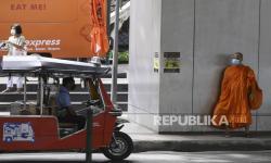Biksu Thailand Turun ke Jalan Beri Bantuan dengan Gerobak