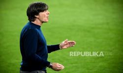 Pelatih kepala Jerman Joachim Loew bereaksi selama pertandingan sepak bola Persahabatan Internasional antara Jerman dan Denmark di Innsbruck, Austria, 2 Juni 2021.