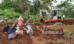 Sebuah ekskavator kecil menggali liang lahat di pemakaman khusus Covid-19 TPU Cikadut, Kota Bandung. Melonjaknya kasus Covid-19 termasuk angka kematian akibat Covid-19 di Kota Bandung, membuat petugas pemakaman menurunkan alat berat untuk mempercepat pembuatan liang lahat. (Ilustrasi)