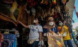 Pengunjung memilah pernak pernik khas Papua di Pasar Central Hamadi, Kota Jayapura, Papua, Kamis (!4/10). Menjelang penutupan PON XX Papua pada Jumat 15 Oktober 2021 mendatang, Pasar Central Hamadi mulai dipadati sejumlah pengunjung dan kontingen PON untuk membeli oleh-oleh khas Papua seperti noken, gelang bambu, hiasan dinding kulit kayu, koteka dan lainnya yang dibandrol mulai dari harga Rp 5 ribu hingga Jutaan rupiah tergantung jenis dan ukuran..