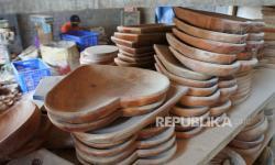In Picture: Produksi Peralatan Makan Berbahan Kayu