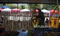 Pedagang merapikan noken yang dijual komunitas Mama-mama Noken Papua di Taman Imbi, Kota Jayapura, Papua, Ahad (3/10/2021). Kegiatan tersebut untuk menyemarakan PON Papua sekaligus mengenalkan tas tradisional masyarakat Papua Noken sebagai oleh-oleh khas Papua.