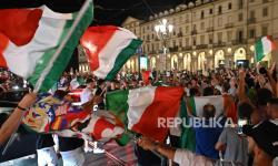 Fans Italia merayakan kemenangan timnya dalam pertandingan semifinal UEFA EURO 202 antara Italia dan Spanyol di Piazza Venezia, Roma, Italia, 06 Juli 2021.