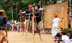 Masyarakat Adat: Hutan  Bapak, Tanah Ibu