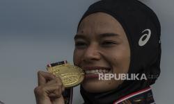 Pelari Sumatera Utara Agustina Mardika berpose usai pengalungan medali Lari 800 meter Putri PON Papua di Stadion Atletik Mimika Sport Center, Kabupaten Mimika, Papua, Rabu (13/10/2021). Agustina meraih medali emas, sementara pelari Jawa Tengah Bektiningsih meraih medali perak dan pelari Bali Ni Ketut Cita meraih medali perunggu.