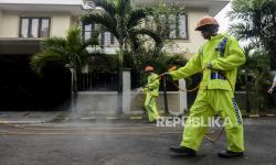 Sejumlah Pemuda Pondok Jagung Inisiatif Semprot Disinfektan
