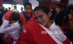 Sejumlah karateka DKI Jakarta berselebrasi usai memastikan medali emas karate nomor kumite beregu putri PON Papua di Jayapura, Papua, Kamis (14/10/2021). DKI Jakarta berhasil meraih emas setelah menang 2-1 atas Sumatera Utara.