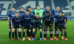 Para pemain Atalanta berpose sebelum pertandingan sepak bola Liga Champions pada Februari 2021 lalu.