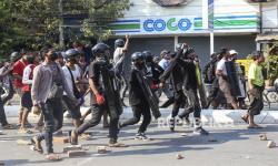 Saksi: Polisi Myanmar Setop Ambulans, Pukuli Relawan