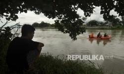 Petugas Perluas Pencarian Korban Bus Hanyut di Kalimalang