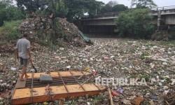 Dinas PUPR Depok Bersihkan Sampah Situ Cilodong