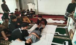Santri MDQ Bandung Latihan Memandikan Jenazah