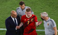 Kevin De Bruyne (tengah) dari Belgia meninggalkan lapangan setelah cedera saat pertandingan sepak bola babak 16 besar UEFA EURO 2020 antara Belgia dan Portugal di Seville, Spanyol, 27 Juni 2021.