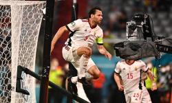 Adam Szalai dari Hungaria merayakan gol setelah mencetak keunggulan 1-0 selama pertandingan sepak bola babak penyisihan grup F UEFA EURO 2020 antara Jerman dan Hungaria di Munich, Jerman, 23 Juni 2021.