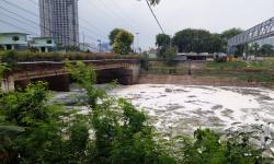 Bau Menyengat dan Busa Mengambang di Kali Bekasi