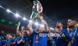 Para pemain Italia mengangkat trofi juara Euro 2020 di London, Inggris, Senin (12/7) dini hari WIB.