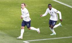 Antoine Griezmann (kiri) dari Prancis merayakan golnya ke gawang Hungaria bersama rekan setimnya Ousmane Dembele dalam pertandingan Grup F Euro 2020.