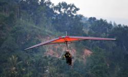 Atlet gantole DKI Jakarta Fauzan Nurhadi berusaha menjaga keseimbangan saat mengikuti lomba nomor ketepatan mendarat pada cabang olahraga Gantole PON Papua di Lapangan Terbang Advent Doyo Baru, Kabupaten Jayapura, Selasa (28/9/2021).