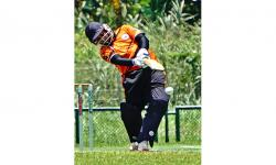 Atlet kriket putra DKI Jakarta Muhaddis memukul bola pada pertandingan kriket PON Papua melawan tim putra Nusa Tenggara Timur (NTT) di Stadion Kriket, Doyo Baru, Kabupaten Jayapura, Papua, Sabtu (25/9/2021). Tim kriket putra DKI Jakarta mengalahkan tim kriket putra NTT dengan skor 53-50.