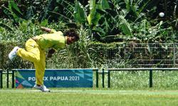 Atlet kriket putra Nusa Tenggara Timur (NTT) Rojerio M Koda melempar bola pada pertandingan kriket PON Papua melawan tim kriket putra DKI Jakarta di Stadion Kriket, Doyo Baru, Kabupaten Jayapura, Papua, Sabtu (25/9/2021). Tim kriket putra DKI Jakarta mengalahkan tim kriket putra NTT dengan skor 53-50.