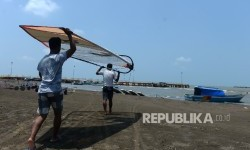 Pengelola Pantai Balongan Indah Kibarkan Bendera Putih