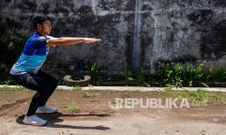 Atlet menembak putra Jawa Barat Fathur Gustafian melakukan latihan fisik dan peregangan otot di Kota Cimahi, Jawa Barat, Rabu (22/9/2021). Fathur Gustafian merupakan salah satu atlet yang akan memperkuat tim menembak Jawa Barat dan bertanding di tiga nomor cabor menembak pada PON Papua.