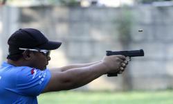 Atlet menembak putra Jawa Barat Sonny Prabowo berlatih di Lapangan Tembak, Mako Brimob, Depok, Jawa Barat, Sabtu (25/9/2021). Sonny Prabowo merupakan salah satu atlet yang akan memperkuat tim menembak Jawa Barat pada katagori tembak reaksi production di PON Papua.