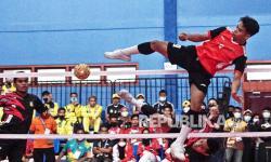 Atlet sepak takraw ganda putra Sulawesi Selatan Rusdi (9) berupaya menghadang bola yang dilepaskan Atlet sepak takraw ganda putra Papua La Arjun (1), pada pertandingan sepak takraw PON Papua di GOR Trikora Universitas Cendrawasih, Jayapura, Papua, Senin (27/9/2021). Tim sepak takraw ganda putra Sulawesi Selatan mengalahkan tim sepak takraw ganda putra Papua dengan skor 2-0.