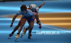 Atlet sepatu roda putra DKI Jakarta Barijani Mahesa Putra (depan) memacu kecepatannya pada Final nomor Sprint 500 M+D putra PON Papua di Arena Klemen Tinal Roller Sport, Kota Jayapura, Papua, Rabu (29/9/2021). Atlet sepatu roda putra DKI Jakarta Barijani Mahesa Putra berhasil meraih medali emas dengan catatan waktu 43,521 detik sementara medali perak diraih atlet sepatu roda putra Jawa Barat Radika Rais Ananda (43,892 detik) dan medali perunggu diraih atlet sepatu roda putra Jawa Barat Azmi Al Ghiffari (46,266 detik).